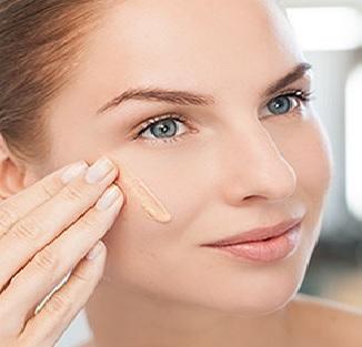a girl apply Best primer for oily skin