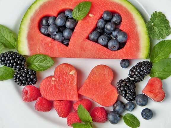 fruits in a plate cuts in heart shape