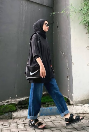 girl wearing Modern Look with Denim jeans new hijab styles 2021