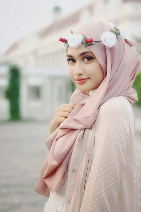 girl with new hijab styles 2021 and flower hair band