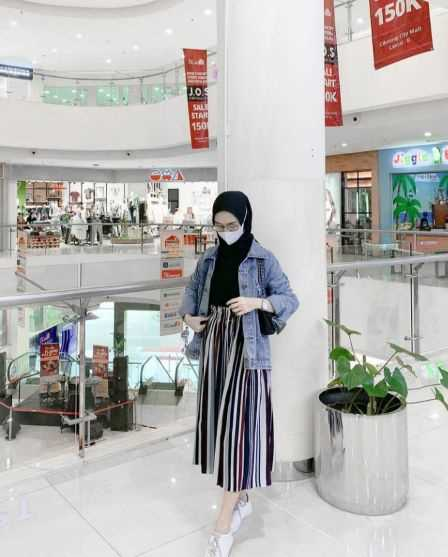 girl with Ootd Jaket jeans new hijab styles 2021 in a  mall