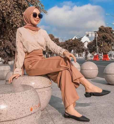 a girl with casual Style new hijab styles 2021