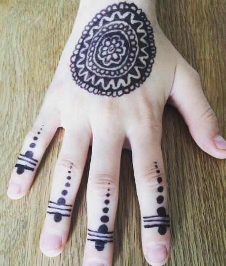 circle henna hand design
