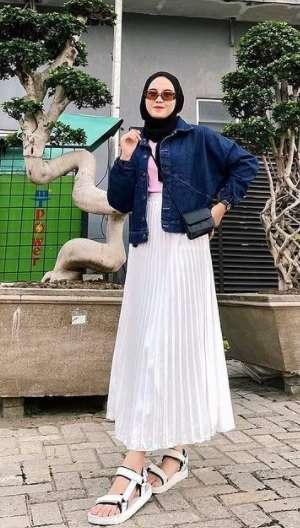 Beautiful denim jacket with plain white skit