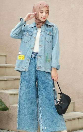 girl wearing jeans  oversize jacket and free size pants