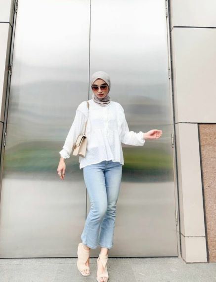 a girl with Hijab Outfit Ideas with Jeans with glasses